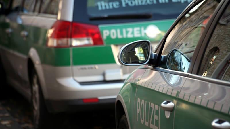 Zwei Polizei Einsatzwägen hintereinander, leer, geparkt, Streife, Einsatz, Sicherheit