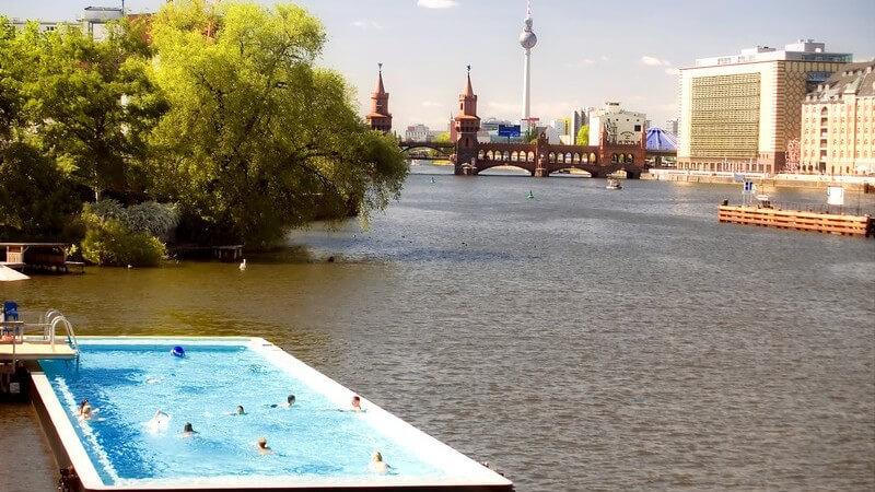 Freibad, Schwimmbecken mitten im Fluss