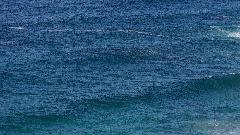 Kleine, brechende Wellen im Meer