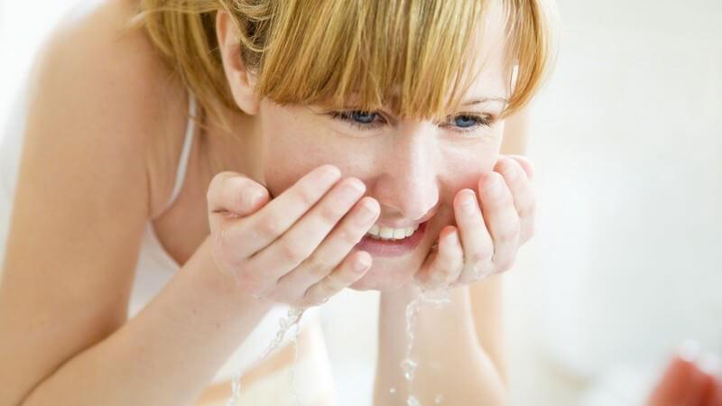 Junge Frau beim Gesichtwaschen