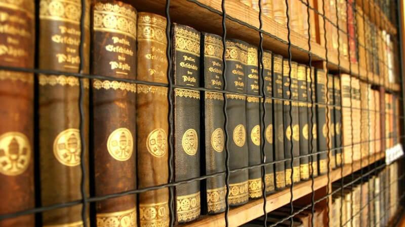 Bücherreihen in einem Regal