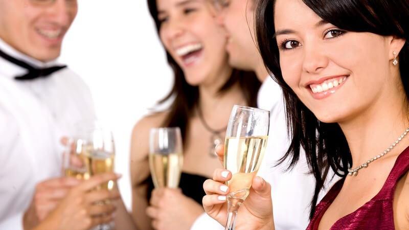 Abendgesellschaft, zwei Frauen im Abendkleid, zwei Männer mit Hemd und Fliege, je Champagnerglas, Unterhaltung, Party