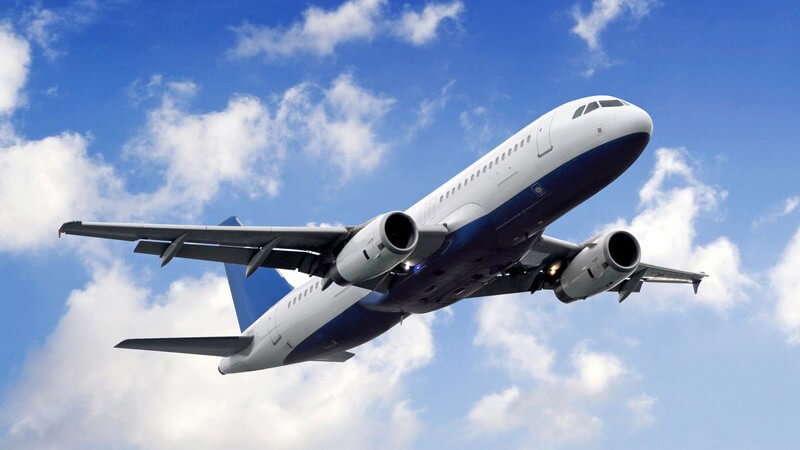 Passagierflugzeug bei Abflug von unten mit Blick in Himmel