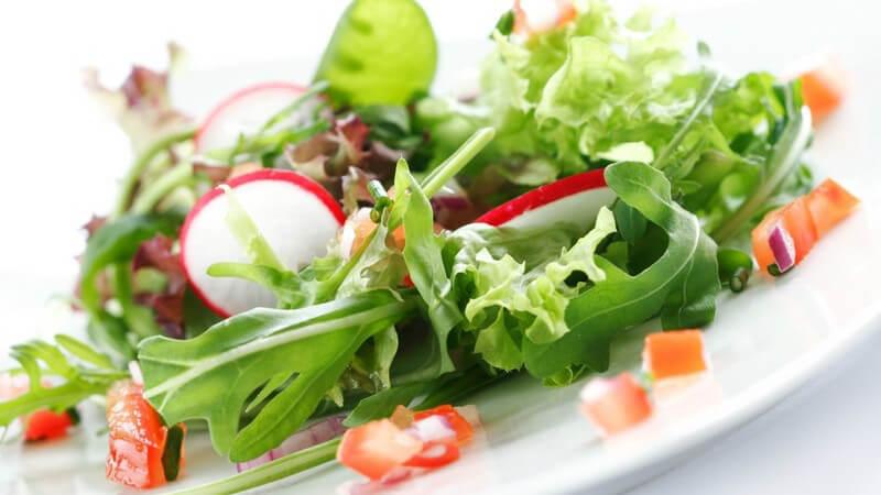 Gemischter Salat mit Radieschen und Rucola