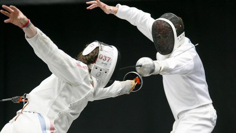 Zwei Sportler bei Fechtturnier