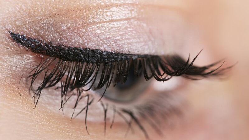 Rechtes Auge einer Frau mit Lidschatten, Lidstrich, Wimperntusche