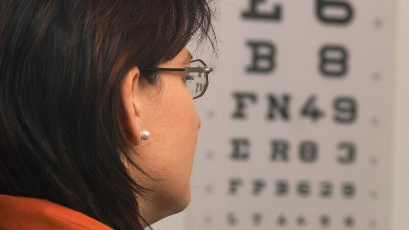 Frau mit Brille beim Augenarzt beim Sehtest