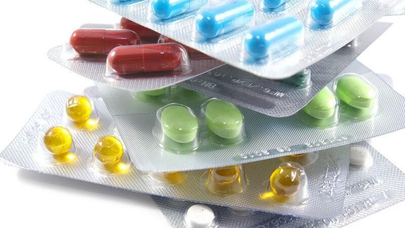 Bunte Tabletten verpackt auf Stapel auf weißem Hintergrund