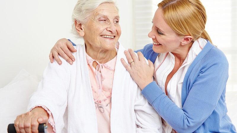 Seniorin und ihre Tochter, zu Besuch im Altenheim, Altenpflege