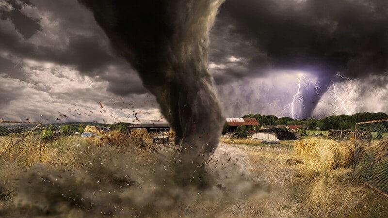 Wirbelsturm auf einem Feldweg, auf dem Weg in eine Siedlung, Blitze am Himmel