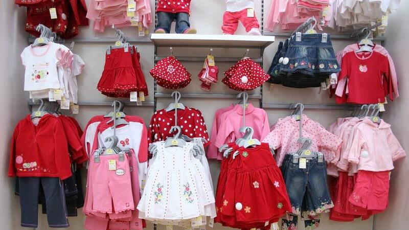 Babykleidung im Regal in Geschäft