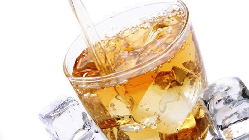 Erfrischendes Getränk mit Eiswürfeln im Glas