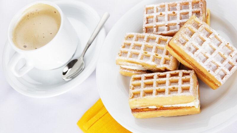 Frühstück: Waffeln, Tasse Kaffee