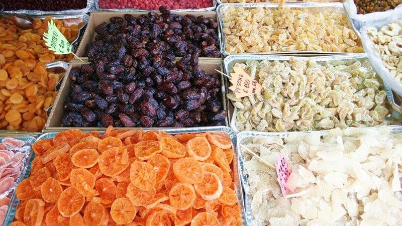 Angebot von Trockenobst auf einem Markt, getrocknete Datteln, Orangen, Feigen, Trauben bzw. Rosinen, nur Sortiment