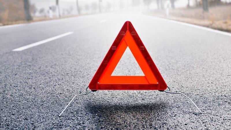 Straße im Nebel, Gefahrenstelle durch Warndreieck gekennzeichnet, Unfall
