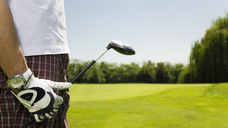 Seitenansicht männlicher Körper mit Golfschläger und Handschuh auf Golfplatz