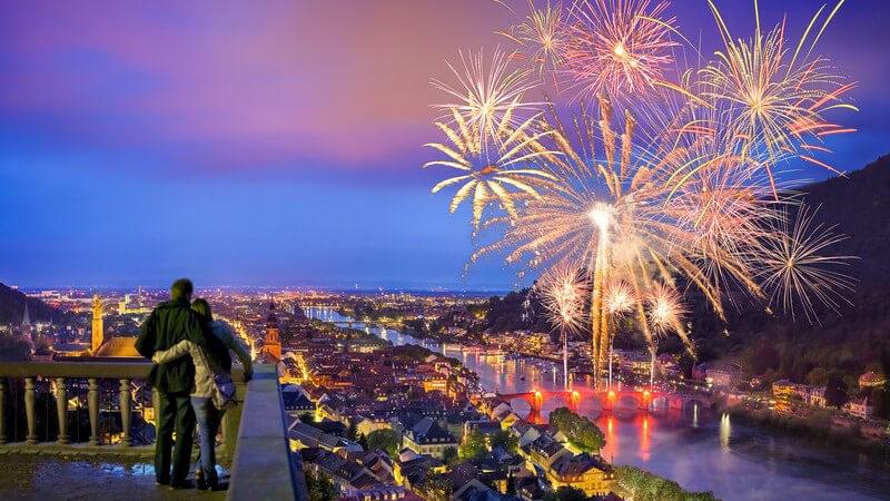Blick vom Heidelberger Schloss auf die Stadt und den Neckar während eines großen Feuerwerks