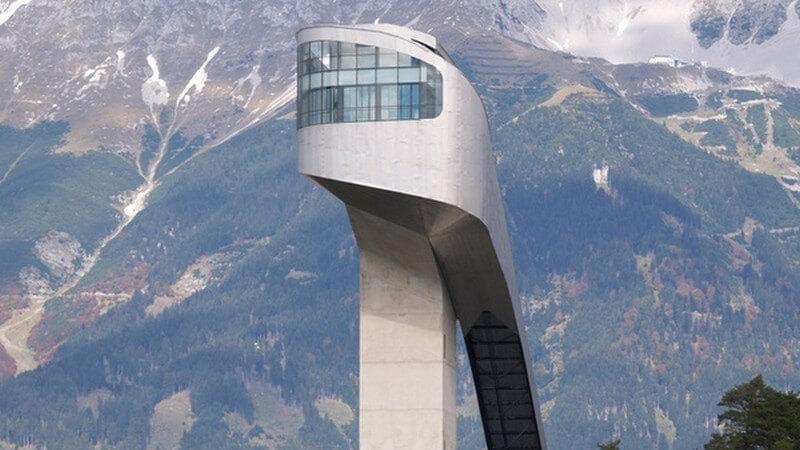 Bergisel Skischanze im Skigebiet für Skisprung in Tirol in Nadelwald vor Bergen