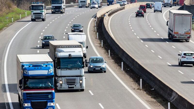 LKW-Verkehr auf der Autobahn