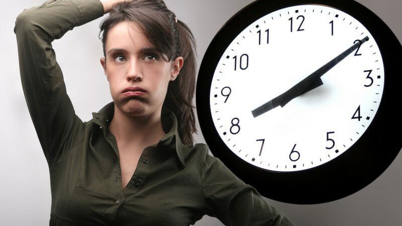 Frau hält sich hand auf Kopf und schaut gefrustet auf die Uhr, Uhrzeit 8:10