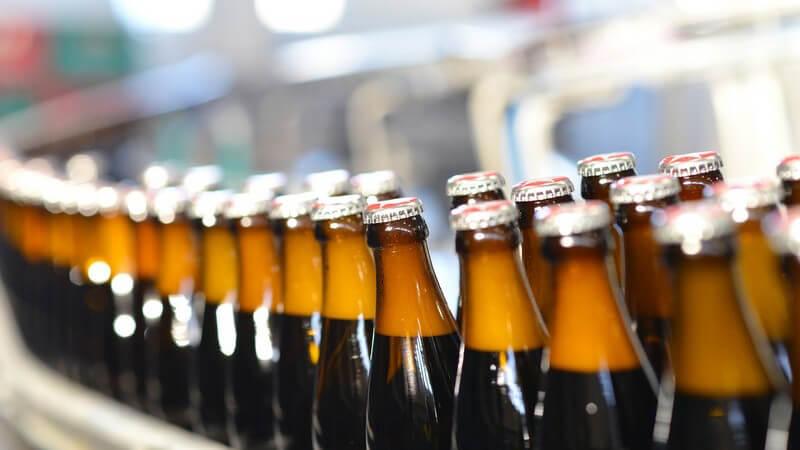 Fließband mit abgefüllten Bierflaschen in einer Brauerei
