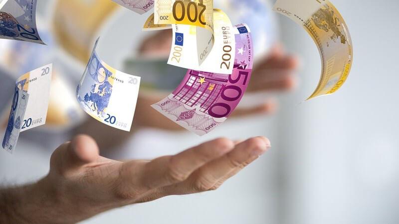 Euro-Geldscheine über offenen Händen - Erfolg und Gewinn im Beruf