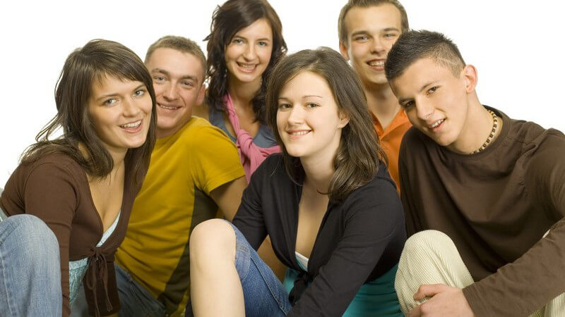 Gruppe von Jugendlichen lächeln in die Kamera