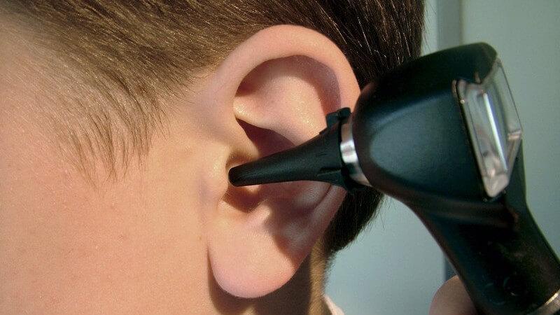 Nahaufnahme linkes Ohr eins Jungen bei Ohr Untersuchung, Ohrenarzt