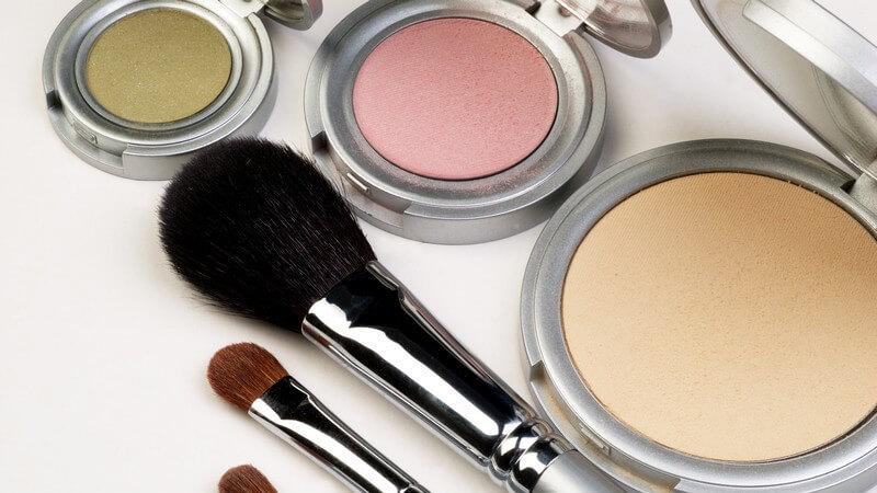 Nahaufnahme Make-up, Lidschatten, Pinsel auf weißem Hintergrund