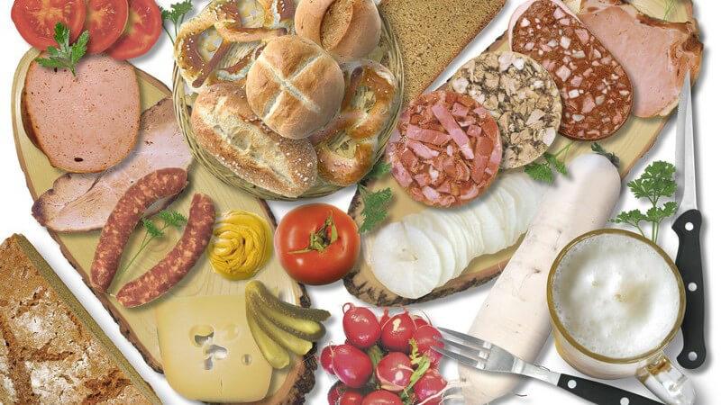 Bild ausgefüllt von verschiedenen Nahrungsmitteln, Brot, Bötchen, Käse, Wurst, Tomaten, Radieschen, Messer und Gabel