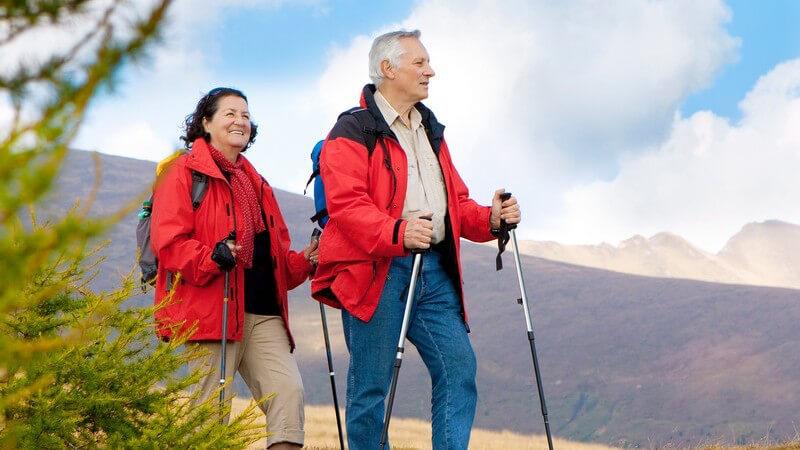 Älteres Paar beim Wandern mit Wanderstöcken