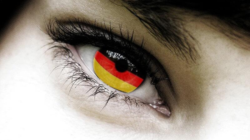 Weibliches Auge mit Pupille in Deutschlandfarben