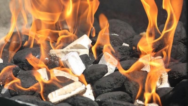 Grillfeuer mit Kohle und Grillanzündern