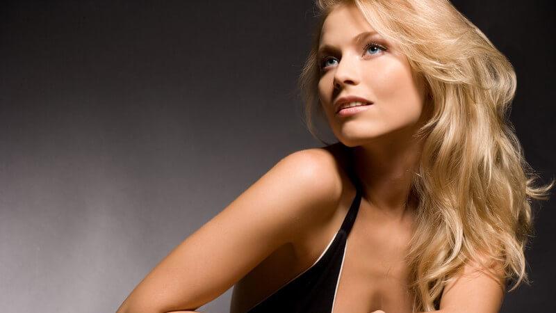 Portrait einer blonden Frau, sie schaut zur Seite