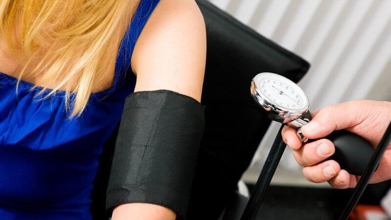 Nahaufnahme junge Frau beim Blutdruckmessen