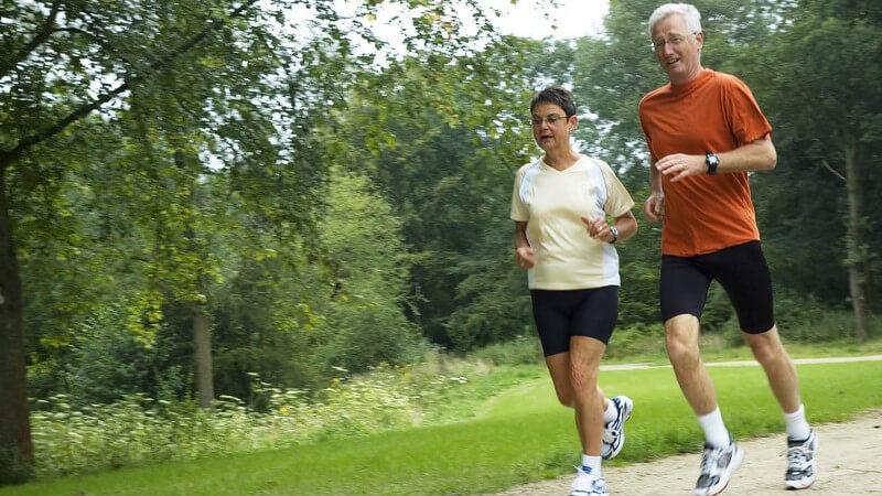 Älteres Paar beim Joggen durch den Park