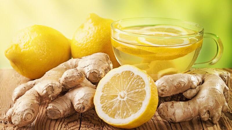 Ingwertee - frischer Ingwer, Zitronen und eine Tasse Tee