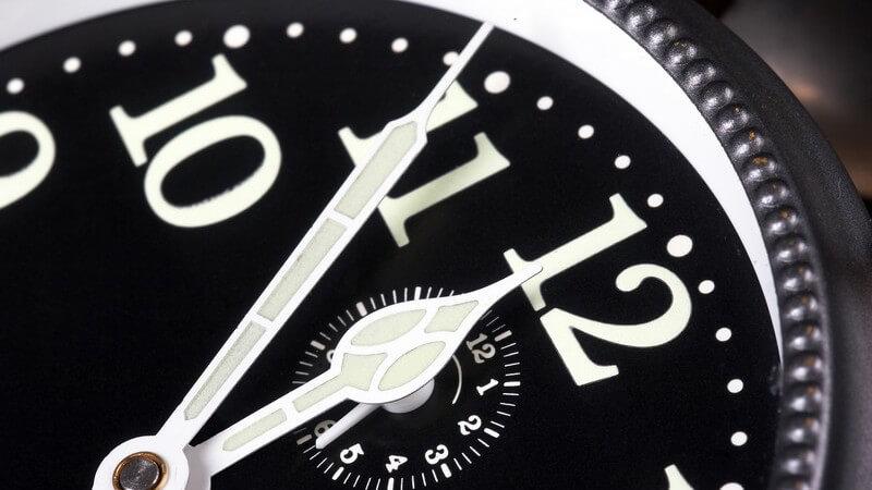 Nahaufnahme Wecker zeigt Uhrzeit fünf vor zwölf
