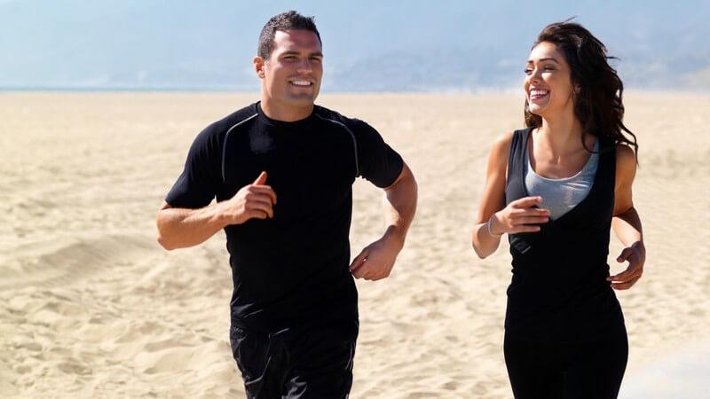 Junges Paar beim Joggen am Strand