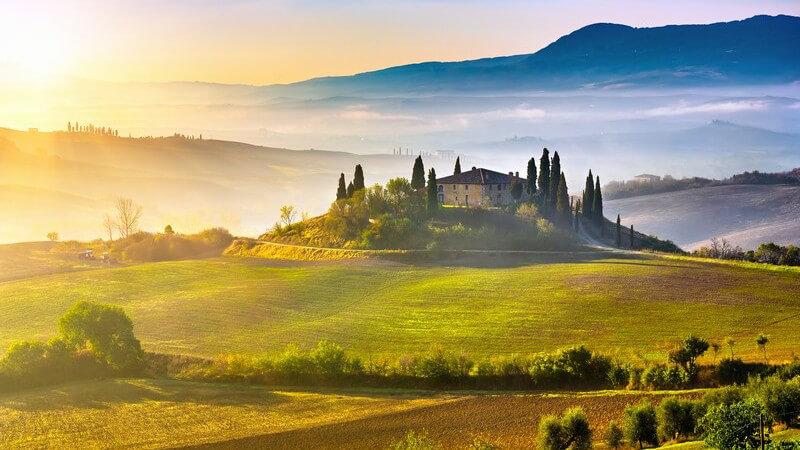 Landschaftsbild in der Toskana im Sonnenaufgang