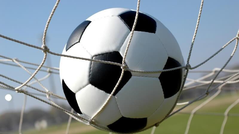 Nahaufnahme Fußball auf Netz im Tor