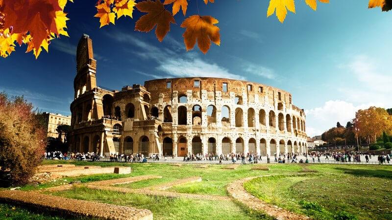 Blick auf das Kolosseum in Rom im Herbst