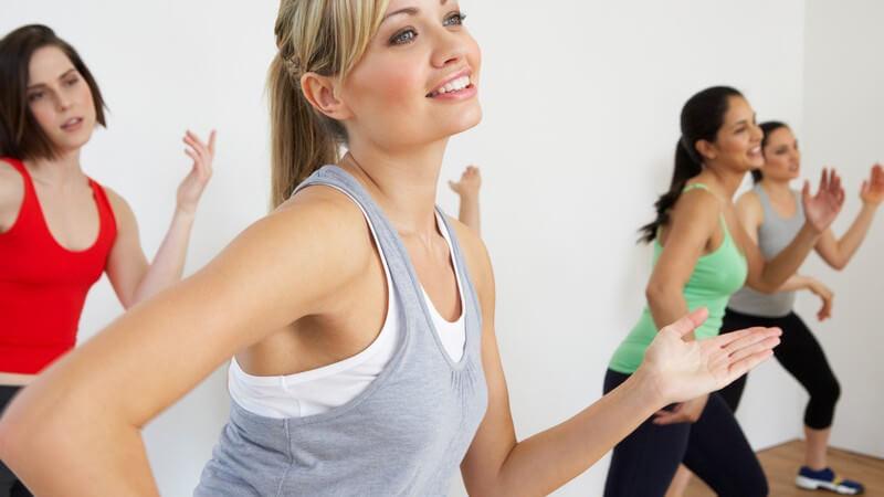 Gruppe junger Frauen im Fitness Studio beim Tanz-Workout, Aerobic