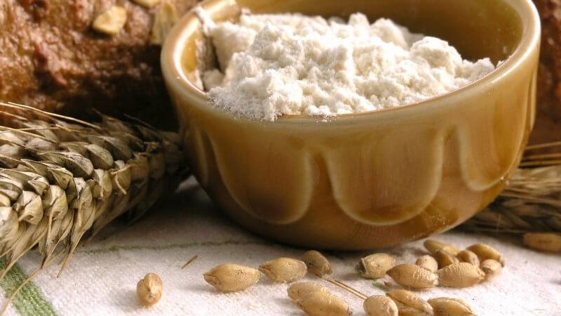 Mehl in Schüssel, Weizenkörner, frisch gebackenes Brot
