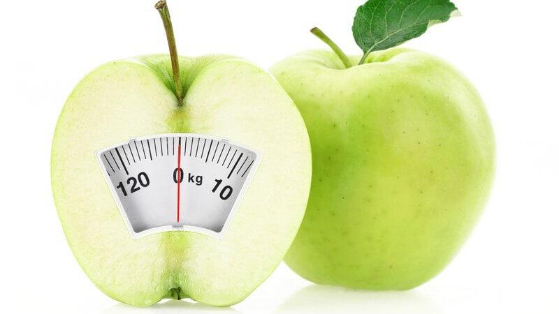 Diät - zwei grüne Äpfel, einer als Waage dargestellt, gesunde Ernährung zum Abnehmen