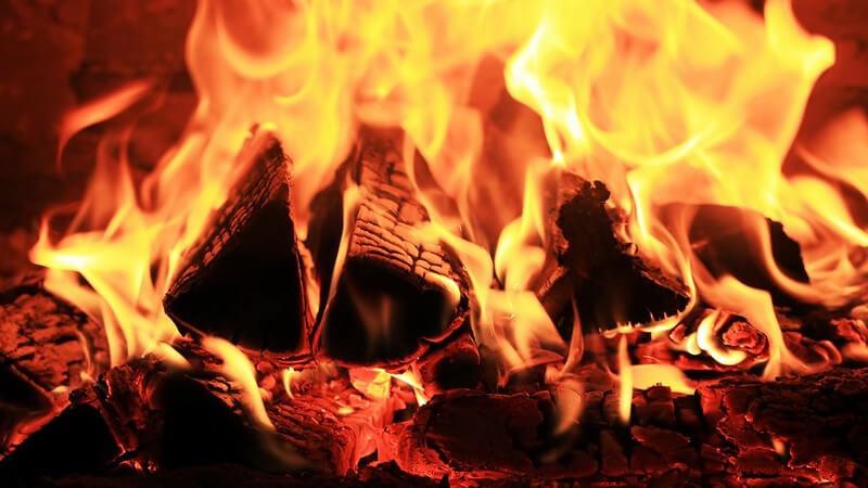 Nahaufnahme Kaminfeuer, brennendes Holz