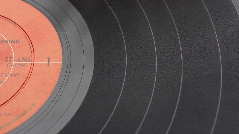 Nahaufnahme einer Schallplatte mit roten Kreisen im inneren Bereich