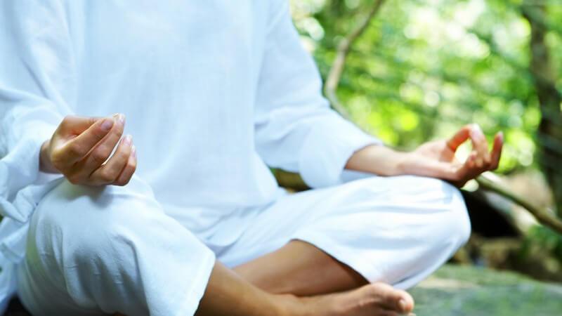 Schoß einer Frau beim Meditieren