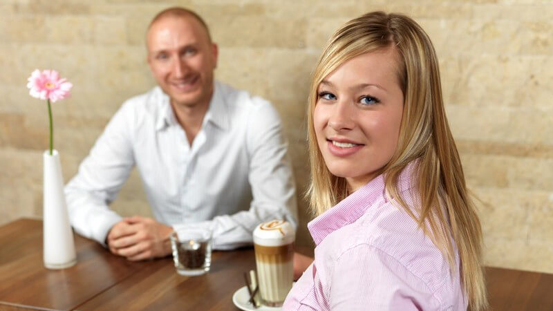 Junges Paar im Café beim Date