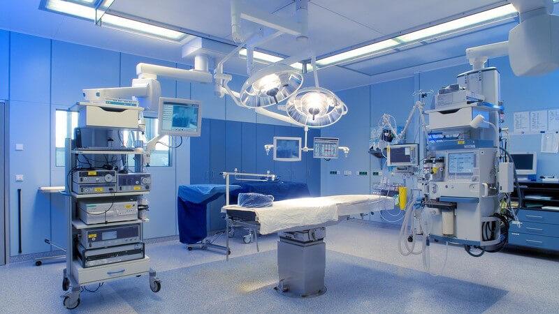 Leerer Operationssaal mit Liege und verschiedenen Geräten